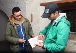 Slavomir Kiš Kišfalubac pokazuje mapu Marku Ranisavljevu sa TV VICE.