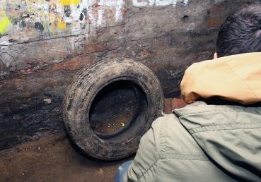 Automobilska guma duboko u podzemlju.