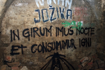 """Natpis iz dubine podzemlja: """"Kružimo kroz noć i hranimo se vatrom""""."""