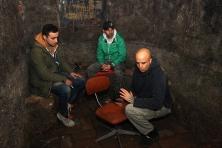 U prostoriji sa Kajzerovim Bunarom. Marko Ranisavljev - TV VICE, Slavomir Kiš Kišfalubac i Leon Šurbanović iz UGRIP-a.