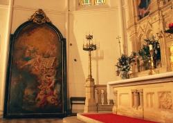 Nekoliko metara visoka ikona, pored oltara