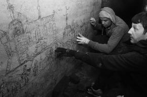 Истраживачи УГРИП-а гледају цртеж. У првом плану на слици је Дејан Гроздић, а иза њега је Леон Шурбановић.